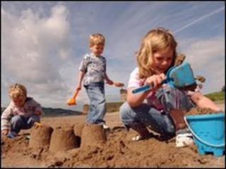 Children on Broughty Ferry beach
