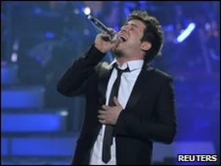 Lee DeWyze sings at the American Idol Grand Finale 2010, 26 May