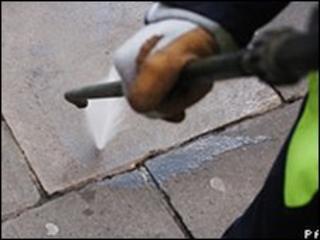 Removing chewing gum