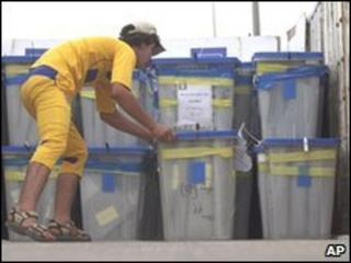 Votes being recounted in Baghdad (file photo 14 May 2010)