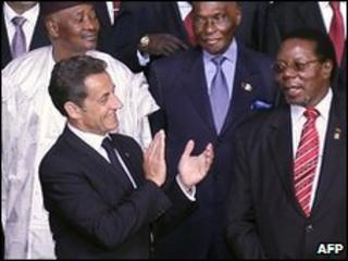 President Nicolas Sarkozy applauds, with Malawian President Bingu wa Mutharika (right), Mali's President Amadou Toumani Toure (back left) and Senegalese President Abdoulaye Wade (back right) in Nice, 31 May 2010