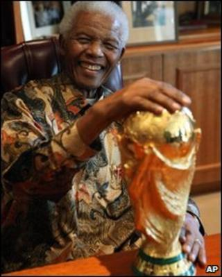 Nelson Mandela holding the World Cup trophy