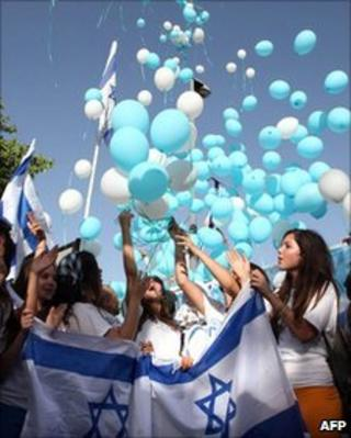 Israelis take part in a march in Jerusalem in honour of the city and the Israeli army following the flotilla raid (2 June 2010)