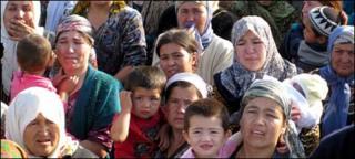 Ethnic Uzbeks at the border on Sunday 13 June 2010