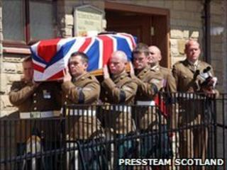 Members of Pte Murray's squadron carry his coffin into church