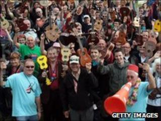 Crowd with ukuleles - Matt Cardy/Getty Images