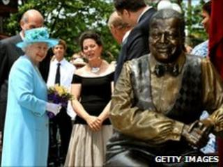 The Queen admires a statue of Canadian jazz pianist Oscar Peterson