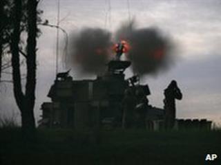 An Israeli mobile gun fires into the Gaza Strip, 3 January 2009