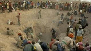 Groups of miners in the diamond fields in Marange (Archive photo)