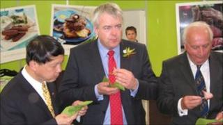 Minister Counsellor Zhou Xiaoming, First Minister Carwyn Jones and HCC chair Rees Roberts