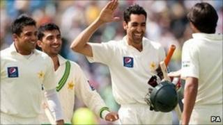 Pakistan celebrate after Umar Gul hits the winning run against Australia