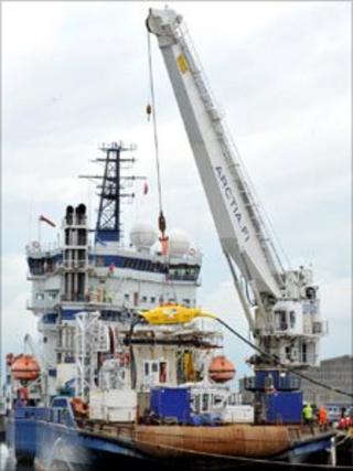 "Crane loading Wave Hub ""socket"""