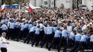 Police confront Kaczynski supporters in Warsaw, 3 Aug 10
