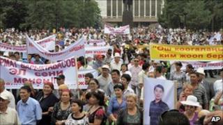 Supporters of Urmat Baryktabasov protest in Bishkek on 5 August 2010