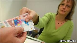 A secretary accepts 10 euros and a public health insurance card