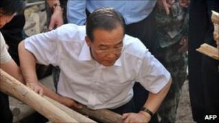 Premier Wen Jiabao looks at debris in landslide-hit Zhouqu county on 9 August 2010