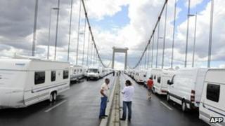 Traveller minorities blocking bridge near Bordeaux - 15 August 2010