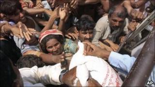 Flood survivors scramble for food aid in Pakistan