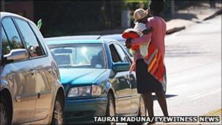 A woman begging with a child on the streets of Johannesburg (Photo credit: Taurai Maduna/Eyewitness News)