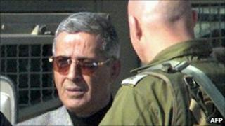 Amin al-Hindi listens to an Israeli soldier at the Netzarim crossing with Gaza (11 January 2001)