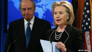George Mitchell and Hillary Clinton at the state department (20 August 2010)