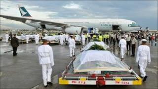 Coffins of those killed in Manila are brought to a Hong Kong-bound plane on 25 August 2010