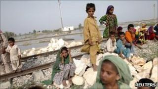 Child flood victims near Sukkur, Sindh province, 31 August 2010