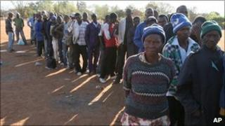 Zimbabweans queuing to enter South Africa (file photo)