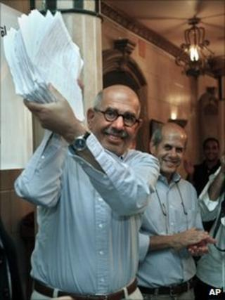 Mohammed ElBaradei holds up a signed petition (6 September 2010)