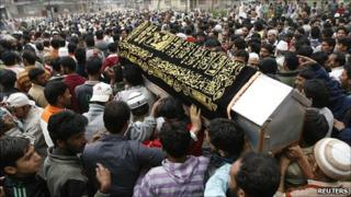 Kashmiri people carry the coffin of a Kashmiri youth, Fayaz Ahmad, during his funeral in Anantnag, south of Srinagar 18/09/10