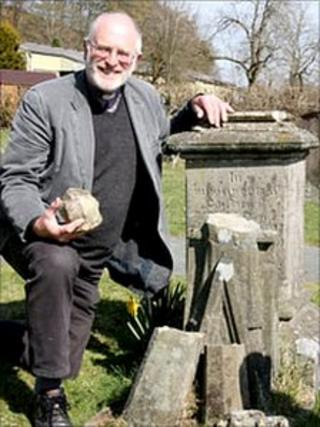 The Reverend Norman Morris at Richard Munslow's grave
