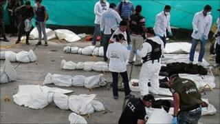 Police and security forces inspect the bodies of suspected Farc rebels, Puerto Asis (19 Sep 2010)