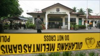 Police seal off the Hamparan Perak police station on 22 September 2010