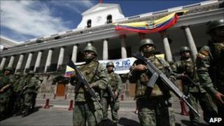 Soldiers guard the presidential palace in Quito (1 October 2010)