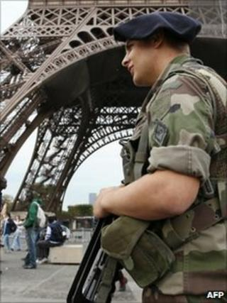 A soldier patrols near the Eiffel Tower in Paris (4 Oct 2010)
