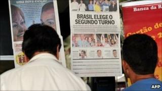 People read newspapers in Brasilia (4 Oct 2010)
