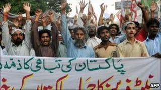 Pakistani activists of the religious Sunni Tehreek Party, 01/10