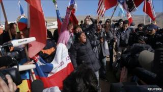 Relatives of the miners chant and wave Chilean flags (9 October 2010)