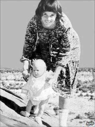 Lindy Chamberlain with Azaria at Uluru, Australia (August 1980)