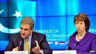 Pakistani Foreign Minister Shah Mahmood Qureshi and EU foreign affairs chief Catherine Ashton in Brussels (15 Oct 2010)