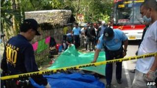 Police recover bodies of victims from the bus in Mindanao, southern Philippines, on 21 Oct 2010