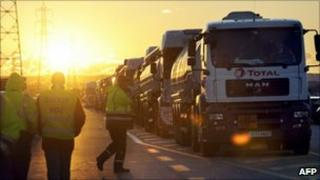Oil tankers are prevented from entering the south of France's biggest oil depot (25 Oct 2010)