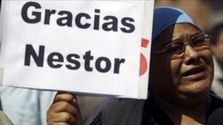 A woman holding a sign saying 'Gracias Nestor' ('Thanks Nestor'), Buenos Aires, Argentina