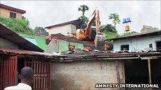 Bulldozer demolishes a property in Port Harcourt. Copyright Amnesty International