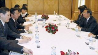 Japan's Foreign Minister, Seiji Maehara, (2nd Left) meets China's Foreign Minister, Yang Jiechi (Right) in Hanoi (29 October 2010)