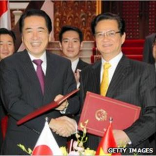 Japanese Prime Minister Naoto Kan (L) shakes hands with his Vietnamese counterpart Nguen Tan Dung (R) in Hanoi, 31 October