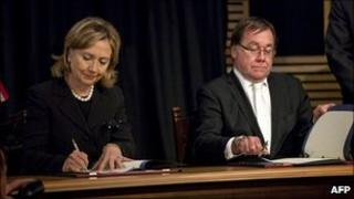 US Secretary of State Hillary Clinton (L) signs a new strategic partnership along with New Zealand Foreign Minister Murray McCully
