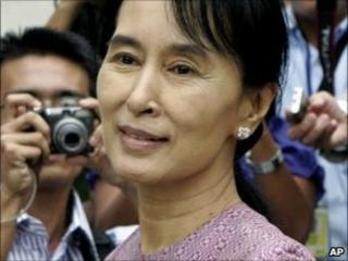 Aung San Suu Kyi exits the Inya Lake Hotel after meeting with US Assistant Secretary of State Kurt Campbell in Rangoon (November 2009)