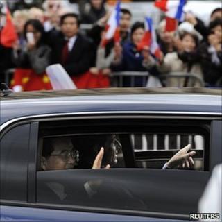 Hu Jintao and Nicolas Sarkozy wave to crowds in Paris, 4/11/10