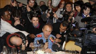 Michel Houellebecq (centre) with the media in Paris (8 Nov 2010)